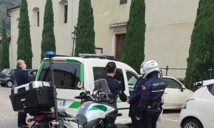 Picchia la compagna in mezzo alla piazza: arrestato un 35enne