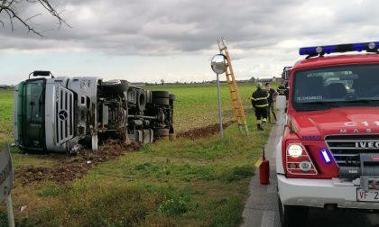 Camion ribaltato a Urago d'Oglio
