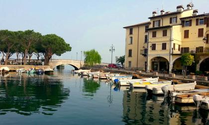 Seicento giovani sfilano a Desenzano, ma nessuno sa il perché