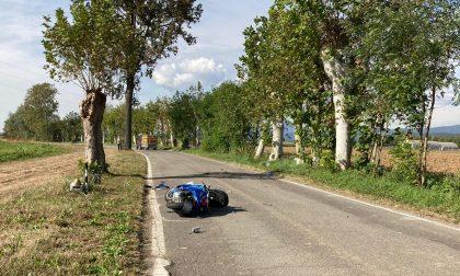 Perde il controllo della moto e si schianta contro un albero: muore 81enne