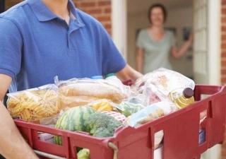Generi alimentari e farmaci a domicilio: riparte il servizio per i cittadini in isolamento