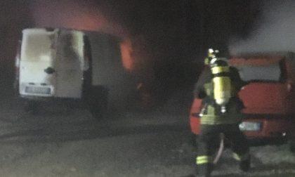 Tre mezzi in fiamme vicino al cimitero