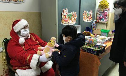 Babbo Natale distribuisce giocattoli alla Casa Bianca