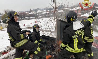 Il tetto prende fuoco, tempestivo l'intervento dei Vigili del Fuoco LE FOTO