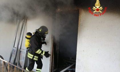 La casa prende fuoco, una persona muore intossicata dal fumo