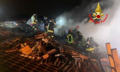 Incendio sul tetto, a fuoco anche i pannelli solari FOTO E VIDEO