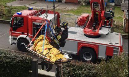 Il paziente è sovrappeso, per sollevarlo arrivano i pompieri
