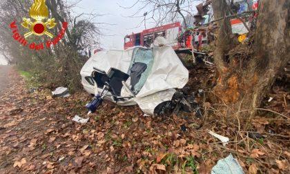 Auto contro un albero, muoiono due ragazzi di 24 e 25 anni