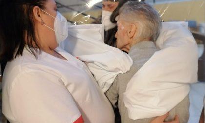Alla Rsa di Manerbio ospiti e parenti si abbracciano di nuovo LE FOTO