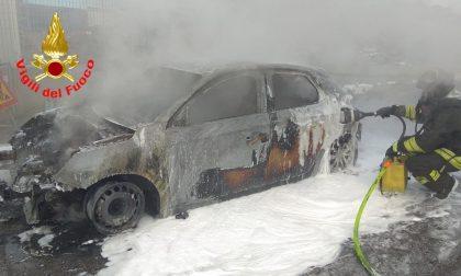 Auto in fiamme: Vigili del fuoco intervengono per spegnere il rogo