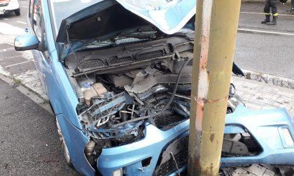 Dopo la collisione con un'altra auto va a sbattere contro il palo della luce