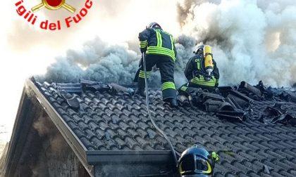 Brucia un tetto, intervengono i Vigili del fuoco