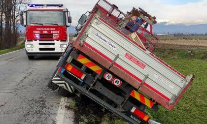 Camion ribaltato a Berlingo