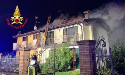Prende fuoco il tetto della bifamiliare: due famiglie evacuate