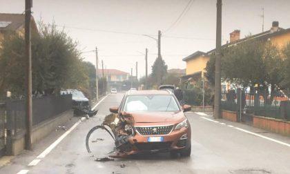 Schianto tra due auto in zona residenziale