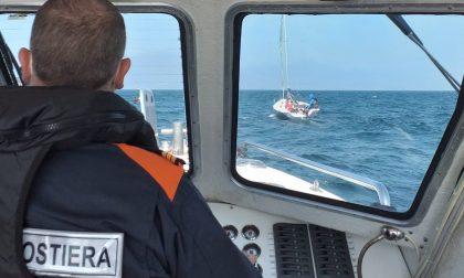 In balia del lago assieme a tre figli, salvato dalla motovedetta