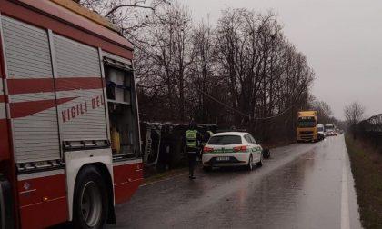 Camion esce di strada, elisoccorso in strada Borgosatollo