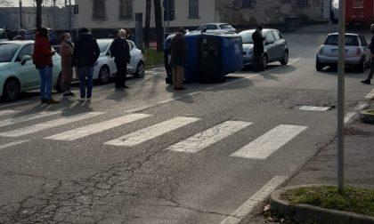 Auto si ribalta in centro: intervengono i pompieri