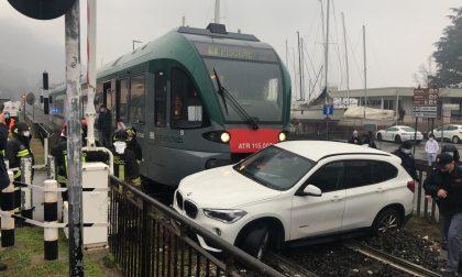 Incidente ferroviario: treno travolge auto incastrata sui binari