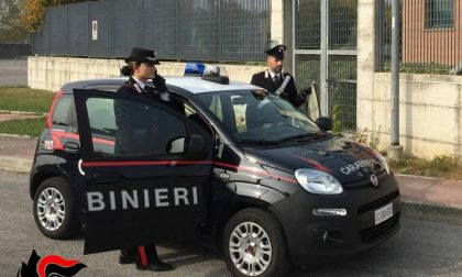 Festa abusiva in casa: gli ospiti si nascondono all'arrivo dei Carabinieri