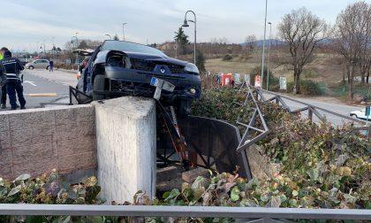 Auto si impenna nel parcheggio del centro commerciale