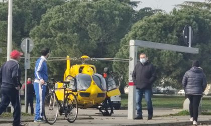 Cade dal muretto mentre lavora, un 34enne finisce in ospedale