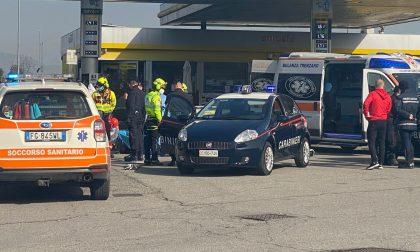Dopo la violenta colluttazione lo investe con l'auto: 40enne in manette per tentato omicidio