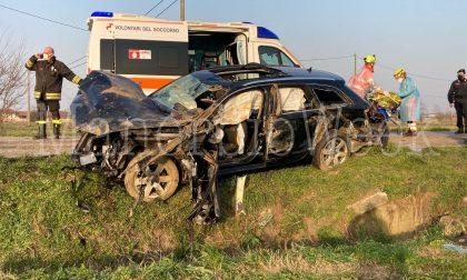 Auto finisce fuori strada, gravi il conducente e due passeggeri