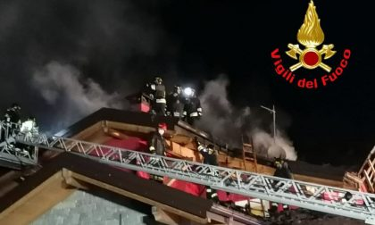 Il tetto prende fuoco, paura a Vezza d'Oglio