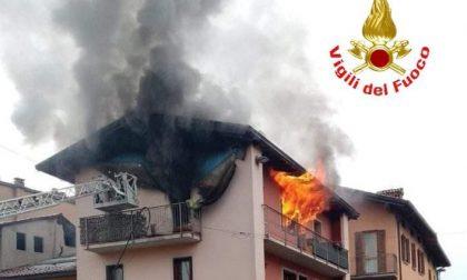 Incendio in una palazzina, ragazzino intossicato dal fumo