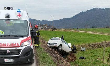 Fuori strada con l'auto: ferite tre persone