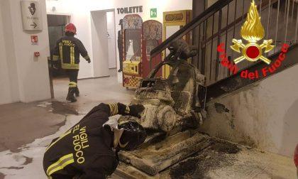 Prende fuoco un gioco per bambini al centro commerciale