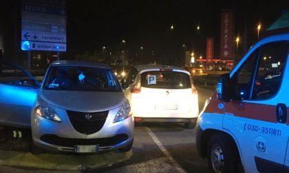 Scontro tra due auto sulla rotonda a Rovato