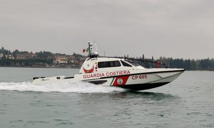 Nuotano vicino a una barca e si tagliano con l'elica: paura per due bambini