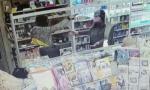 «Sparatemi, abbiate il coraggio»: il video della tabaccaia che ha messo in fuga i ladri