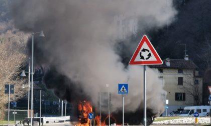 Camion in fiamme sulla litoranea a Iseo, bloccata la viabilità