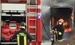 Prende fuoco il furgone di un corriere: sul posto i Vigili del fuoco