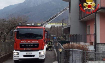 S'incendia il tetto: intervengono i Vigili del fuoco