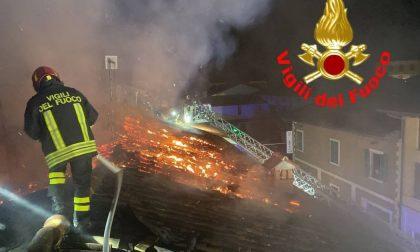 Fiamme squarciano la notte: a fuoco un tetto a Lograto