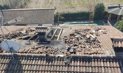 Orzinuovi, il fuoco divora il tetto di una casa