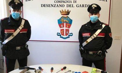 Flessibili, documenti falsi e monetine dei parchimetri: arrestato truffatore a Sirmione