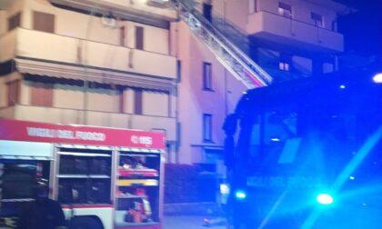 Appartamento in fiamme: il proprietario esce in pigiama e sparisce nel nulla