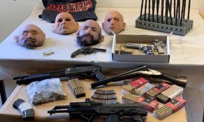 Nel garage un arsenale di armi, munizioni e maschere in lattice: arrestato