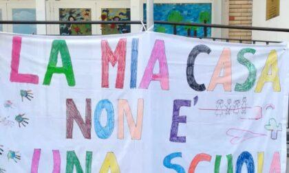 Protesta a suon di striscioni: «La mia casa non è una scuola»