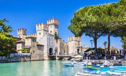 «Sirmione è in zona arancione?»: centinaia di turisti respinti all'ingresso del castello