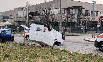 Scontro tra due mezzi a Montirone, si ribalta un furgoncino