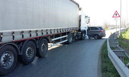 Si immette nella rotonda quando sta per passare un camion: codice rosso a Offlaga