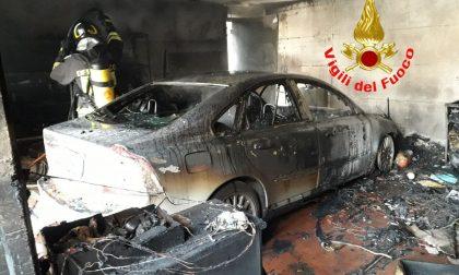 Incendio nel garage: Vigili del fuoco in azione