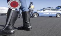 Alla guida senza patente, assicurazione, revisione e fuori Comune: quasi 2mila euro di multa