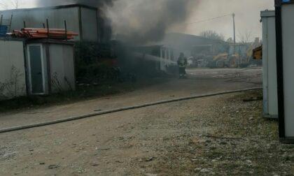Fuoco in un cantiere edile a Pontoglio: pompieri in azione